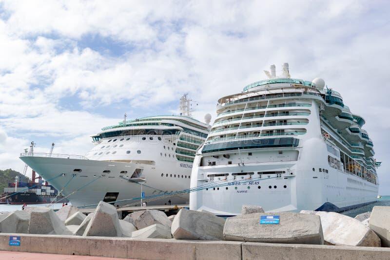 Gioiello di Royal Caribbean dei mari e della serenata delle navi da crociera dei mari messe in bacino in Philipsburg Sint Maarten fotografie stock libere da diritti