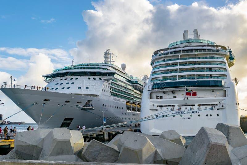 Gioiello di Royal Caribbean dei mari e della serenata delle navi da crociera dei mari messe in bacino in Philipsburg Sint Maarten fotografia stock