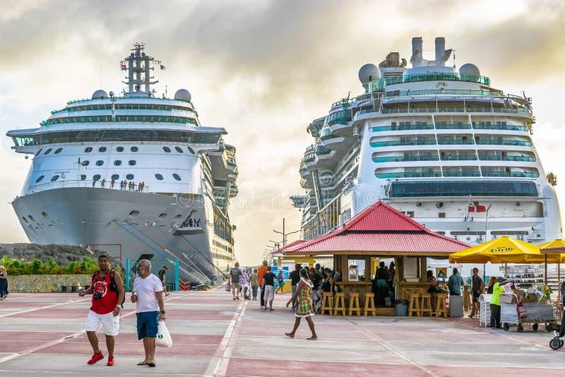 Gioiello di Royal Caribbean dei mari e della serenata delle navi da crociera dei mari messe in bacino in Philipsburg Sint Maarten immagine stock