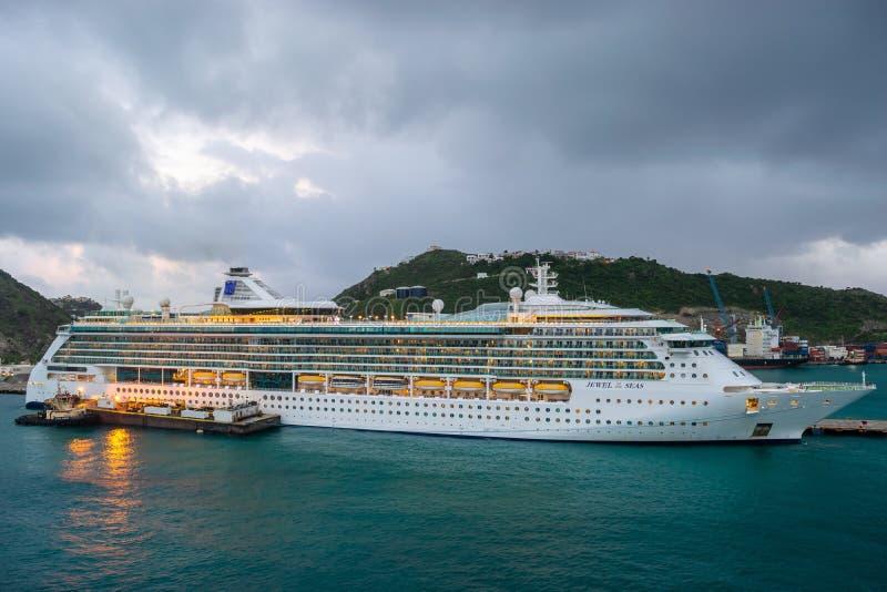 Gioiello di Royal Caribbean della nave da crociera dei mari messa in bacino in Sint Maarten Cruise Port Terminal fotografie stock libere da diritti