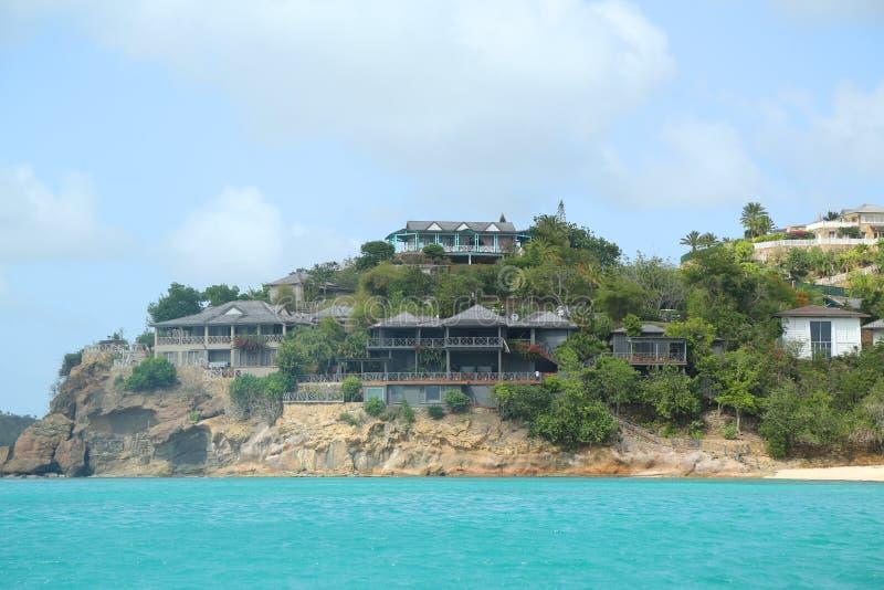 Giorgio Armani ` s Cliffside odwrót w Antigua lokalizował przy galery zatoką zdjęcie stock