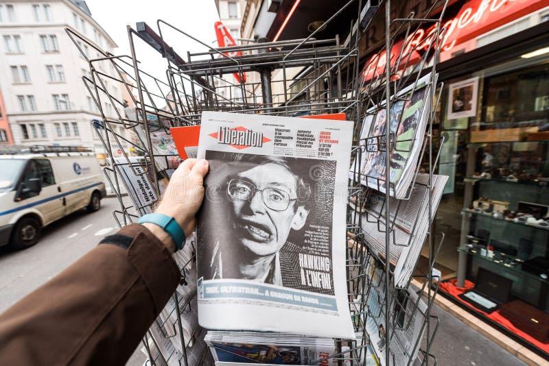 Giornale circa Stephen Hawking Death sul primo ritratto della pagina immagine stock libera da diritti