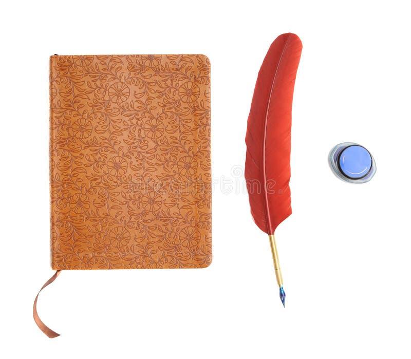Giornale con la piuma a penna ed inchiostro fotografie stock