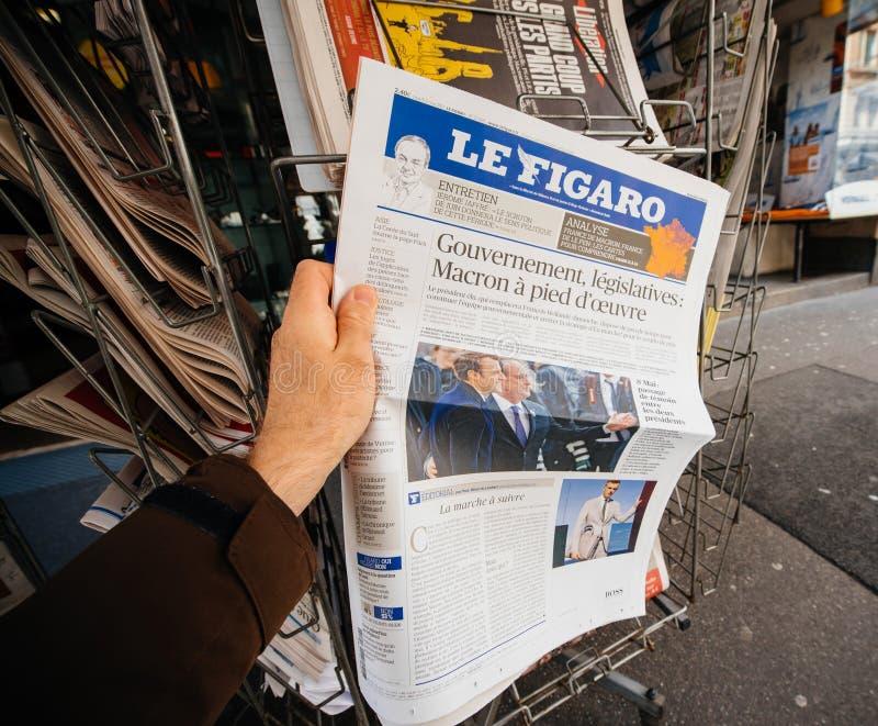 Giornale d'acquisto di v Le Figaro pagina anteriore con l'immagine del presidente francese Emmanuel Macron di neoeletto fotografia stock