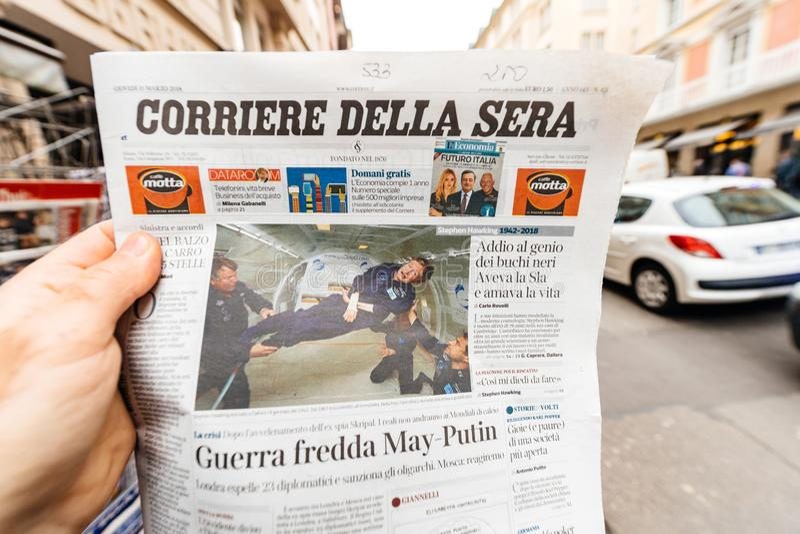 Giornale dei sieri di Corriere Della circa Stephen Hawking Death sul fotografia stock