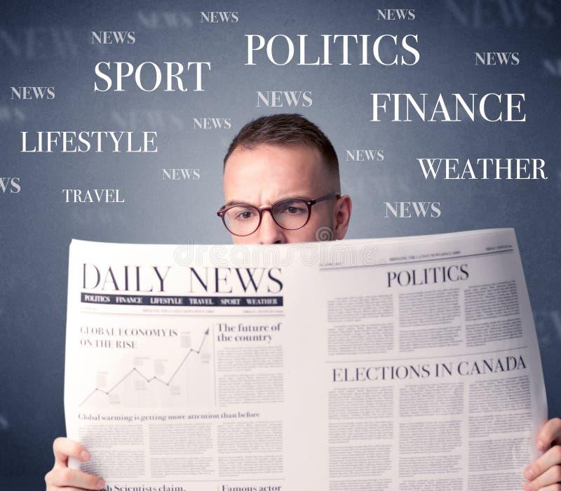 Giornale della lettura dell'uomo d'affari fotografia stock libera da diritti