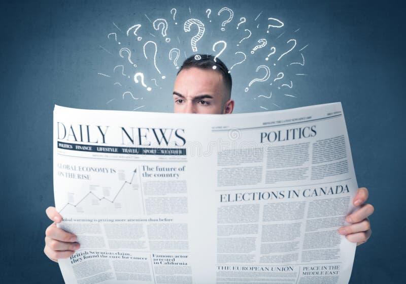 Giornale della lettura dell'uomo d'affari immagine stock libera da diritti