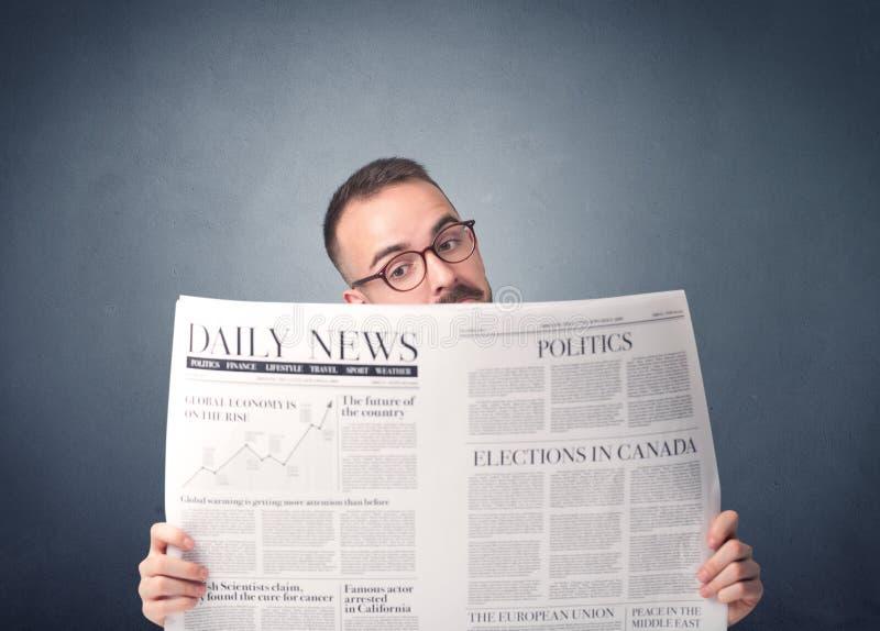 Giornale della lettura dell'uomo d'affari immagini stock