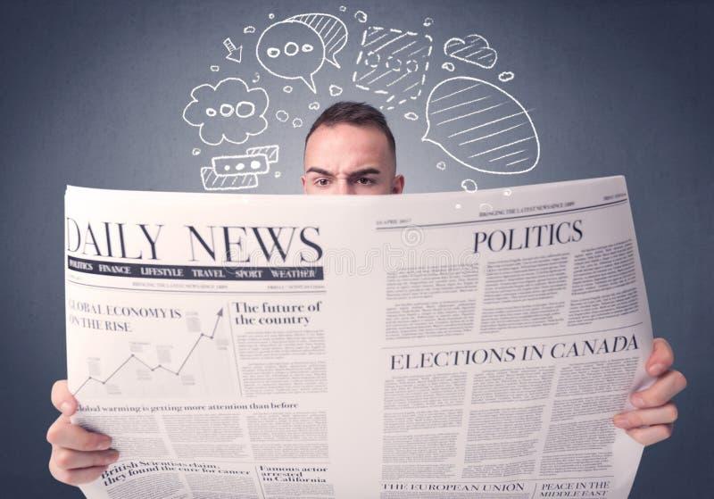 Giornale della lettura dell'uomo d'affari immagine stock