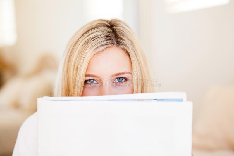 Giornale della lettura della donna immagini stock libere da diritti