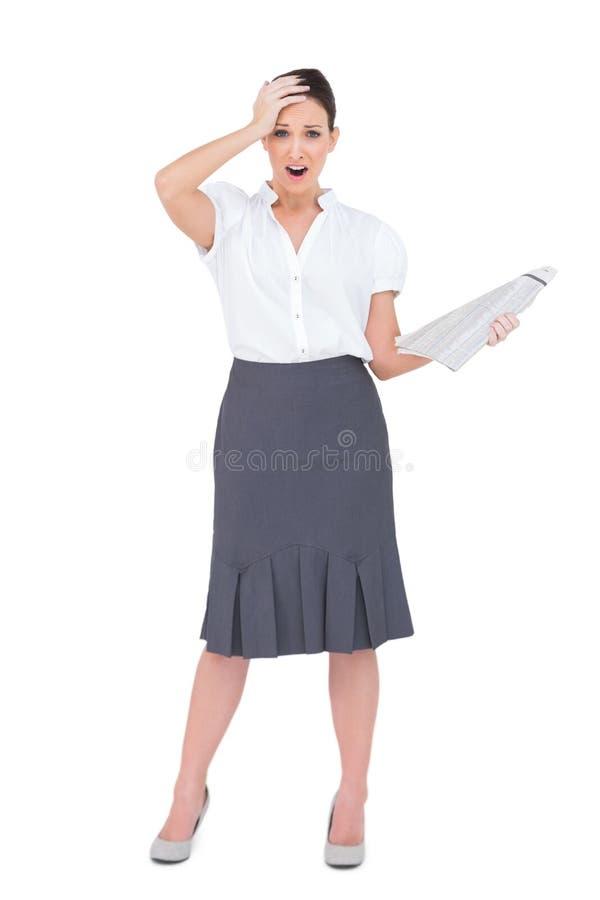 Giornale di classe colpito della tenuta della donna di affari immagini stock libere da diritti