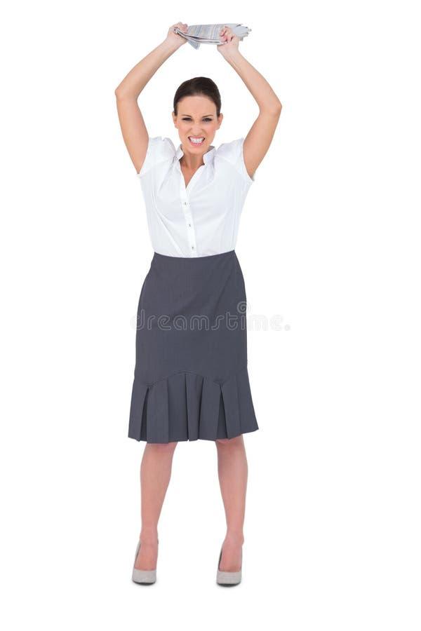 Giornale di lancio della donna di affari astuta arrabbiata via fotografie stock libere da diritti