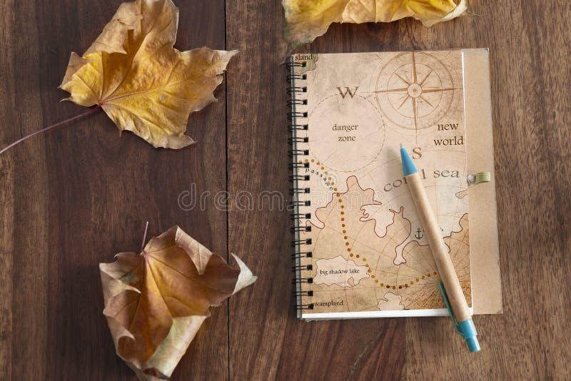 Giornale di viaggio sulla tavola di legno immagini stock