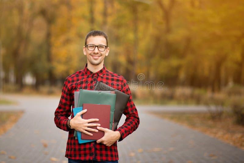 Giornale maschio felice della lettura del responsabile e sorridere fuori nel autu immagine stock libera da diritti