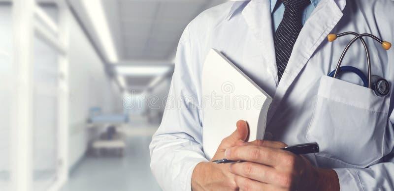 Giornale medico del dottore With Stethoscope Keeps Concetto della medicina di sanità immagini stock libere da diritti