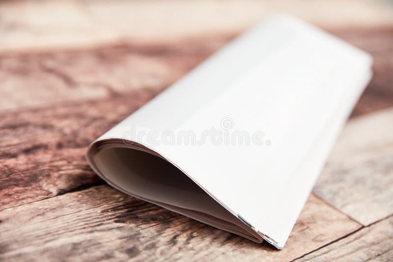 Giornale piegato del bollettino con il frontespizio in bianco fotografia stock