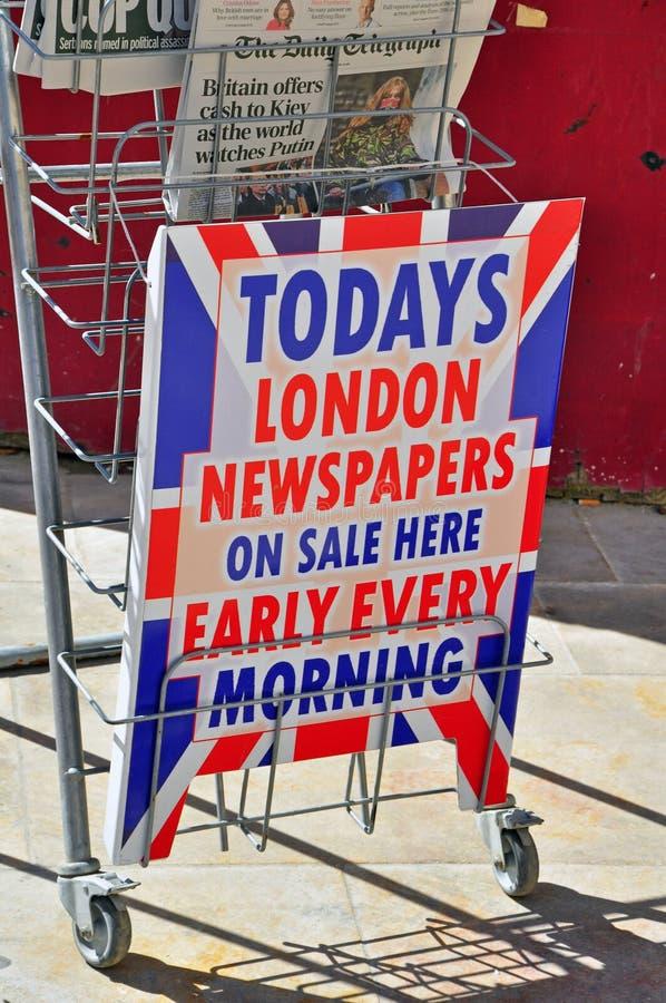 Giornali di Londra sulla vendita fotografia stock libera da diritti