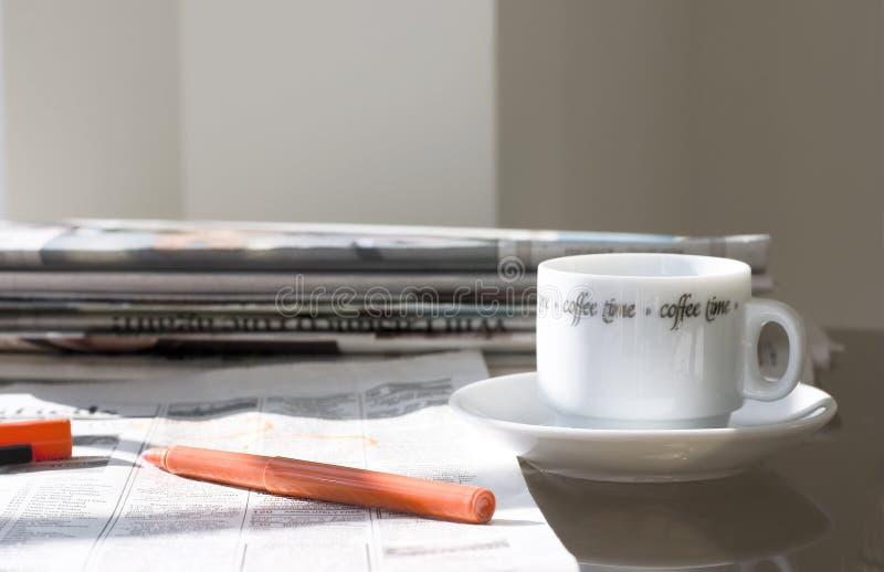 Giornali di mattina (alla ricerca del job) fotografie stock libere da diritti