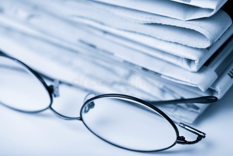 Giornali e vetri immagini stock libere da diritti