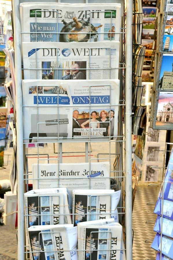 Giornali internazionali immagini stock