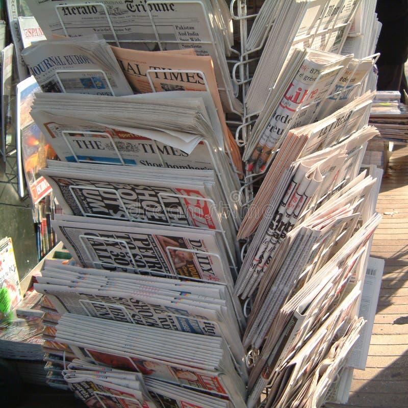 Giornali internazionali venduti a Barcellona fotografia stock libera da diritti