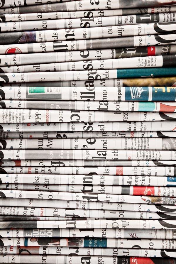 Giornali piegati per formare un fondo fotografia stock