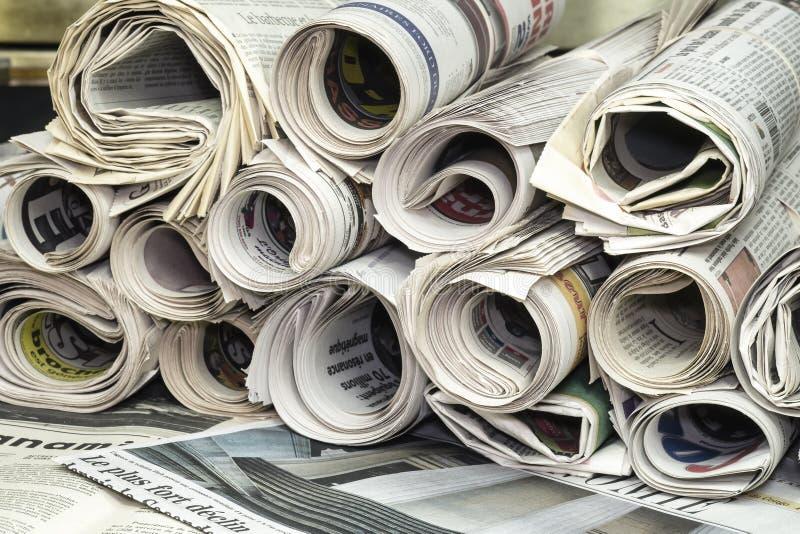 Giornali rotolati uno stackof fotografia stock