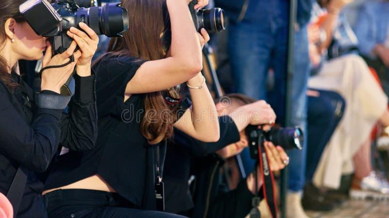 Giornalisti nel lavoro immagini stock libere da diritti