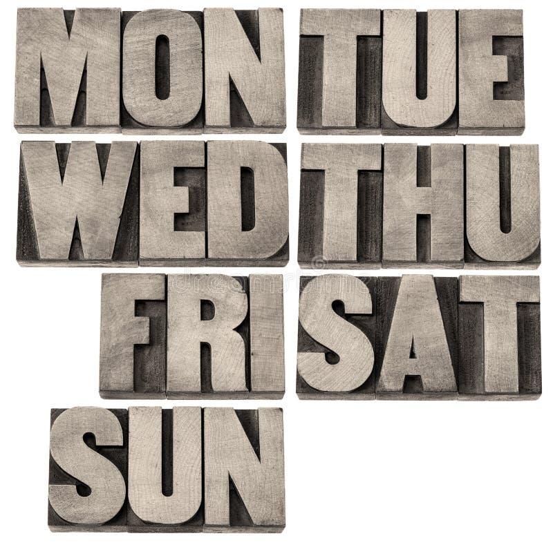 Giorni della settimana nel tipo di legno immagini stock