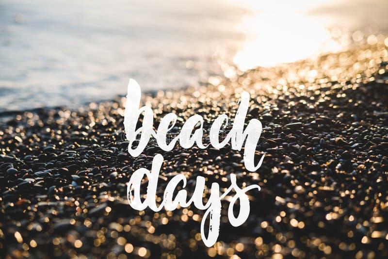 Giorni della spiaggia - festa positiva disegnata a mano che segna frase con lettere sui precedenti del mare o dell'oceano della s fotografia stock libera da diritti