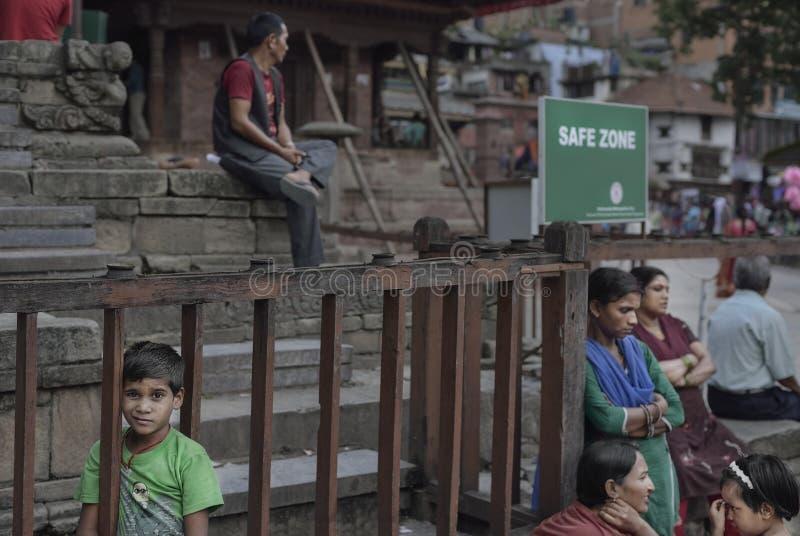 Giorni dopo il terremoto 26 04 2015 Soggiorno della gente dalle loro case su spazio aperto kathmandu immagine stock libera da diritti