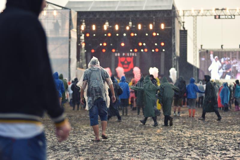 Giorni piovosi ad un festival di musica fotografie stock