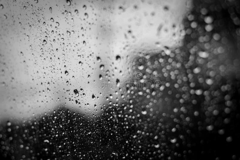 Giorni piovosi, gocce di pioggia sulla finestra, tempo piovoso, fondo della pioggia fotografia stock
