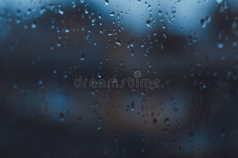 Giorni piovosi, gocce di pioggia sulla finestra, tempo piovoso, fondo della pioggia, pioggia e bokeh fotografia stock