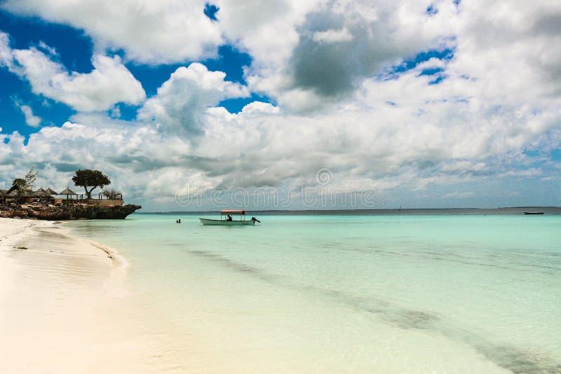 Giorno adorabile di Nungwi Zanzibar con acqua della radura della sabbia fotografie stock