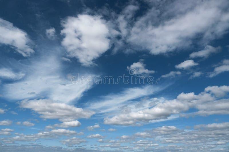 Giorno blu di scenics dell'aria di libertà della natura del fondo della nuvola del cielo di Cloudscape immagini stock libere da diritti