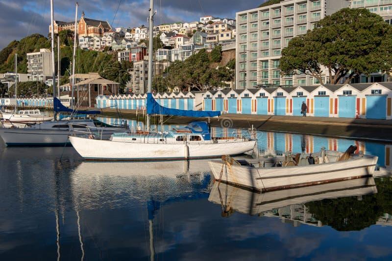 Giorno caldo al porticciolo, tettoie blu della barca nel fondo immagine stock