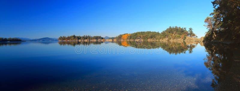 Giorno calmo dell'autunno alla baia di inverno sull'isola di Saturna, parco nazionale delle isole del golfo, Columbia Britannica immagine stock