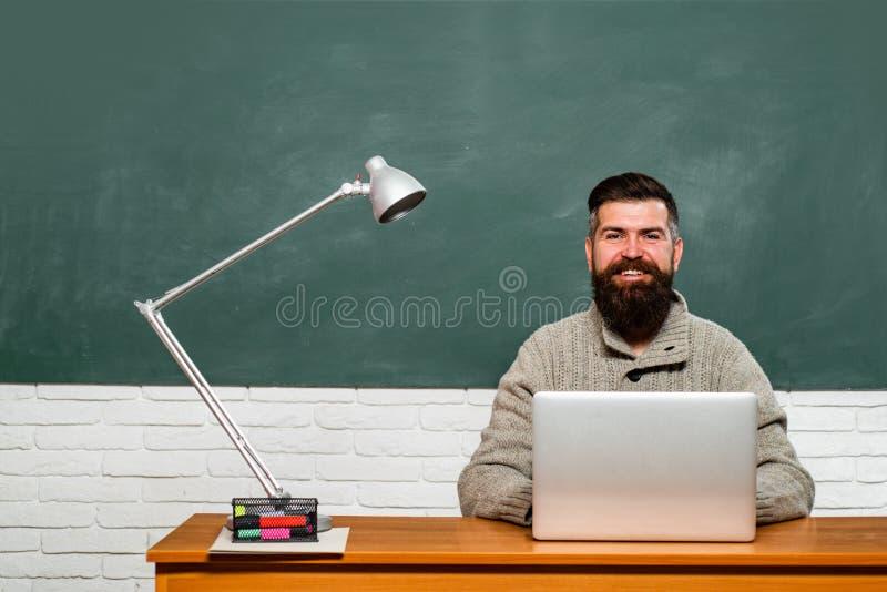 Giorno degli insegnanti Giorno di conoscenza Studente che lavora al computer portatile in istituto universitario Studenti che pre fotografie stock libere da diritti