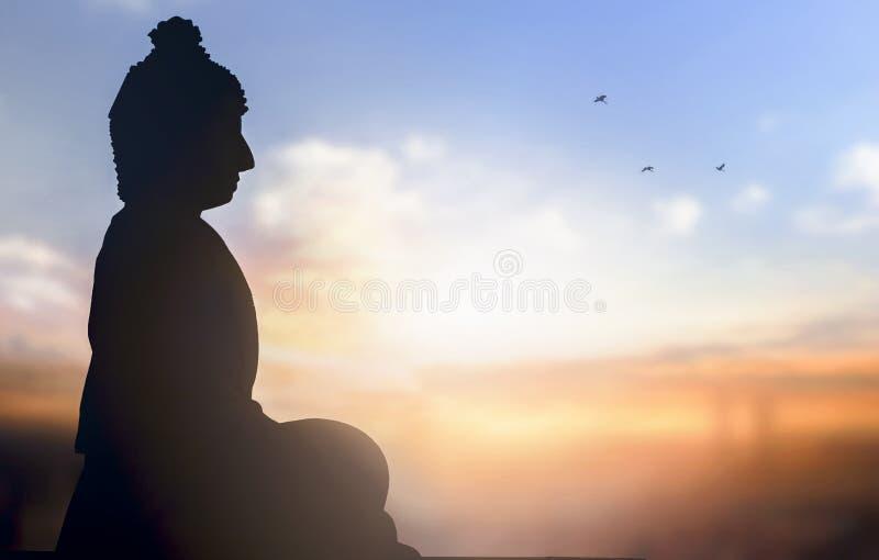 Giorno del concetto di Vesak: una statua di Buddha al fondo di tramonto immagini stock
