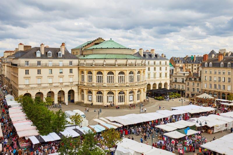 Giorno del mercato della zona fieristica al posto de la Mairie a Rennes immagini stock libere da diritti