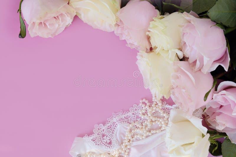 Giorno del `s del biglietto di S Accessori femminili, gioielli, bottiglia di profumo, regalo con il nastro, perle, rose delicate  immagini stock libere da diritti