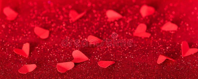 Giorno del `s del biglietto di S Molti cuori rossi su fondo dei cristalli brillanti fotografie stock libere da diritti