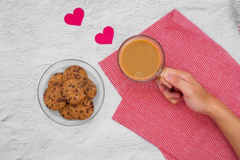 Giorno del `s del biglietto di S Tazza di caffè e biscotti su un piatto sulla tavola, immagini stock libere da diritti