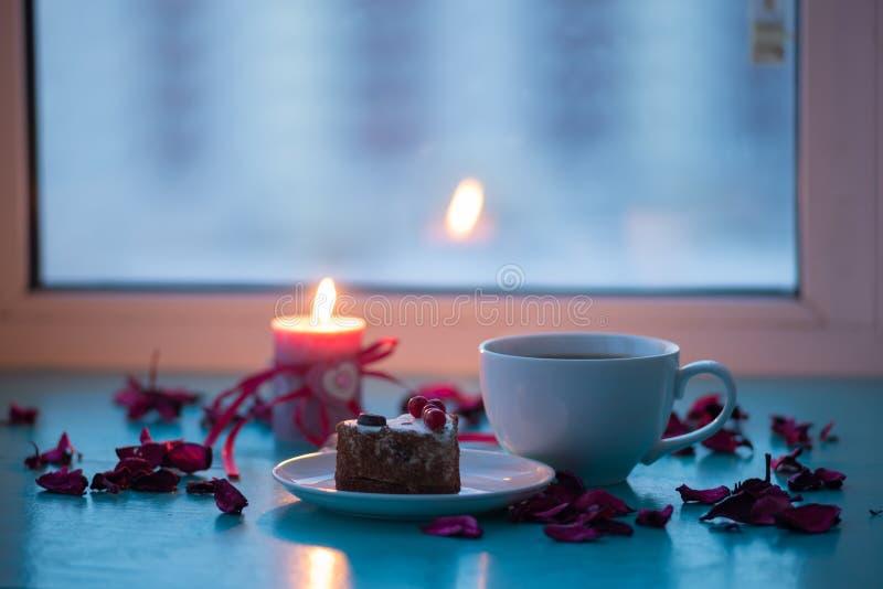 Giorno del ` s del biglietto di S. Valentino, cena romantica - grande tazza di caffè e dolce immagini stock