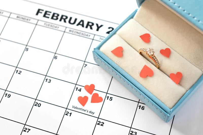 Giorno del ` s del biglietto di S. Valentino, il 14 febbraio Fede nuziale in scatola blu Offra sposare immagini stock libere da diritti