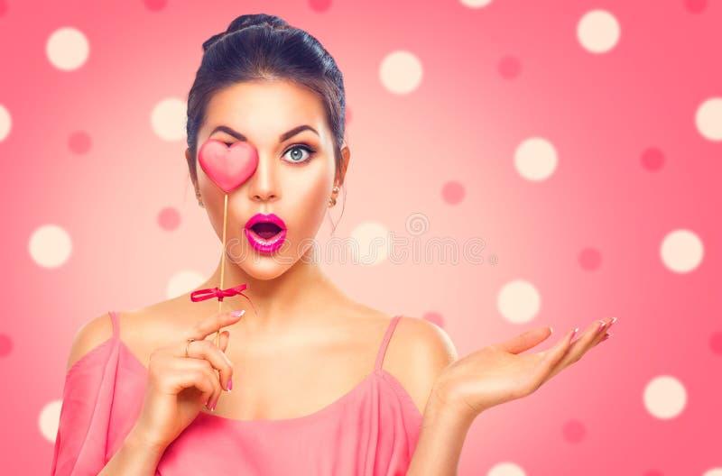 Giorno del `s del biglietto di S La ragazza di modello di bellezza con il cuore del biglietto di S. Valentino ha modellato il bis immagine stock libera da diritti
