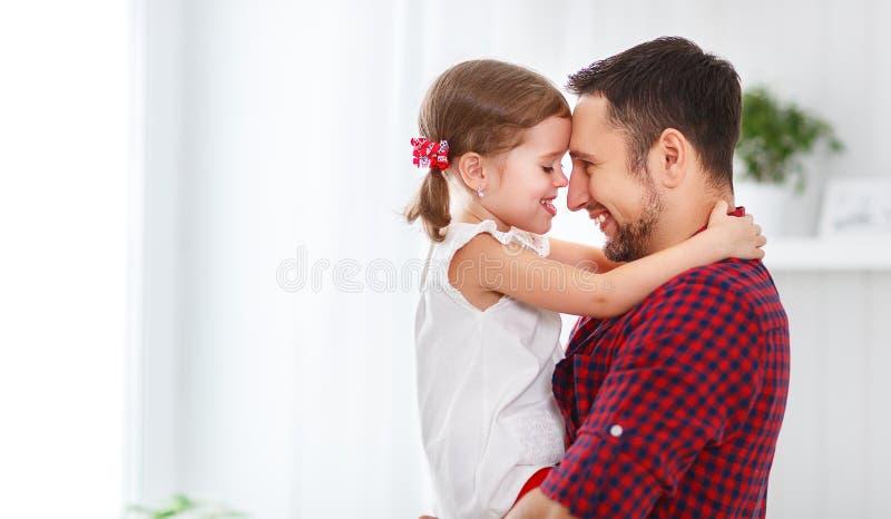 Giorno del `s del padre Figlia felice della famiglia che abbraccia papà e le risate immagini stock libere da diritti