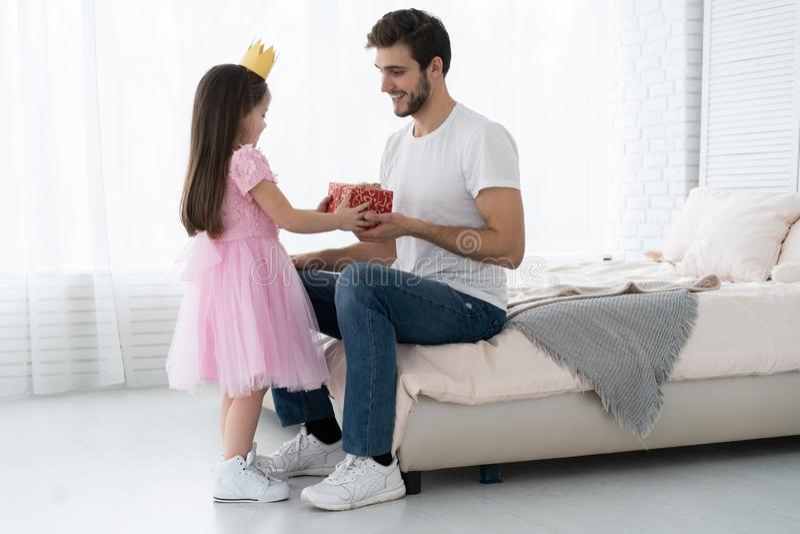 Giorno del `s del padre Figlia felice della famiglia che abbraccia papà e le risate in vacanza immagine stock libera da diritti