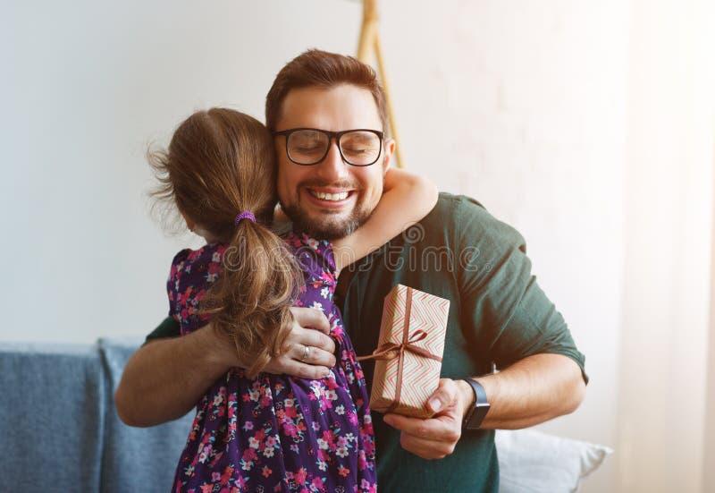 Giorno del `s del padre Figlia felice della famiglia che dà il regalo del papà fotografia stock libera da diritti